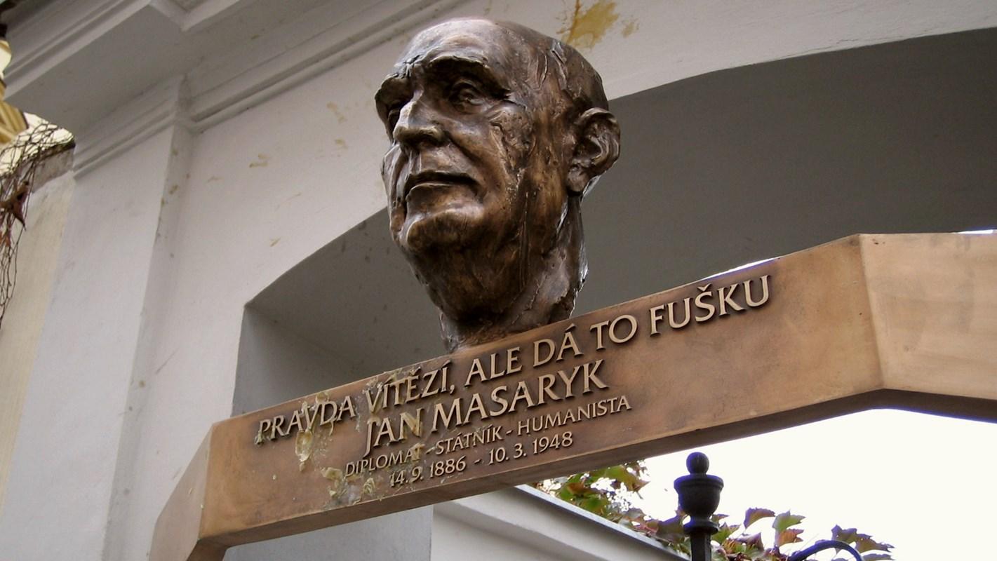 Pamětní deska u vily Osvěta v ulici Jana Masaryka 165/22 na pražských Vinohradech, kde se Jan Masaryk narodil.